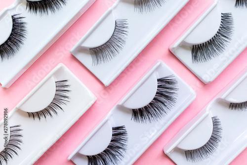 Fotomural  Different false eyelashes on a trendy pastel pink background