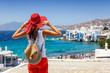 canvas print picture - Attraktive Touristin schaut auf das kleine Venedig auf der Insel Mykonos, Kykladen, Griechenland, während ihres Sommerurlaubes