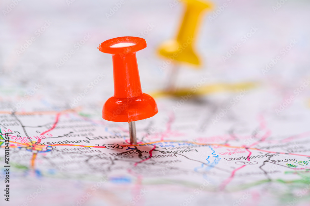 Fototapety, obrazy: Red and yellow Pushpins on a map