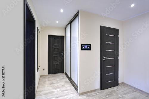 Obraz Inteligentny dom, panel sterowania w korytarzu. - fototapety do salonu