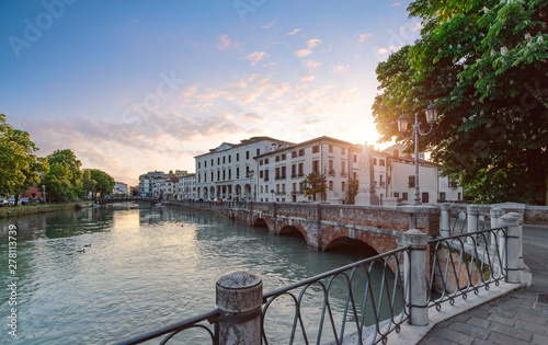 Obraz The embankment in the centre of Treviso - fototapety do salonu