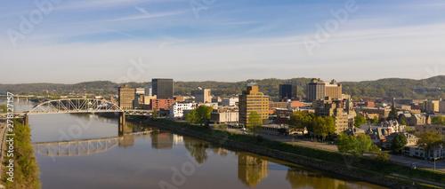 Fototapeta premium Patrząc w dół rzeki przed Charleston West Virginia