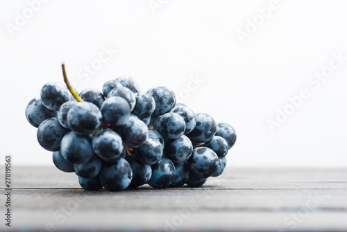 Photo  red grape on black wooden table