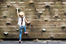 壁を登る女の子