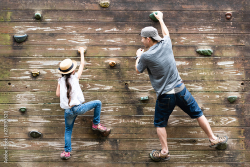 Photo 壁を登る父と娘