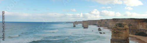 Fotografía panoramic views of wild winter waves crashing against iconic Australian sandston