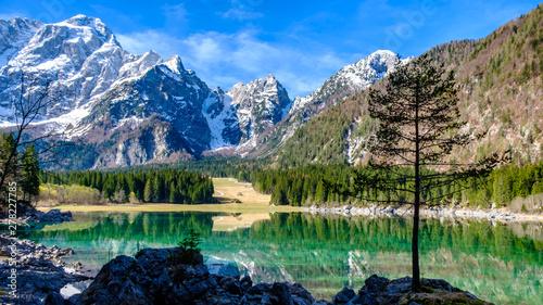 Foto auf Gartenposter Alpen Spring morning at the alpine lake
