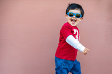 Niño Con Gafas De Sol Azules 01