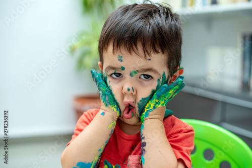 Fényképezés  Niño con la  cara llena de pintura 24