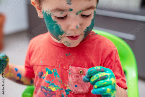 Fényképezés  Niño con la  cara llena de pintura 16
