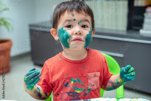 Fényképezés  Niño con la  cara llena de pintura 11