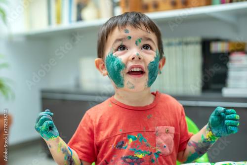 Photo  Niño con la  cara llena de pintura 02