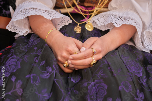 Photo  A woman dressed in typical Sardinian costume with different Sardinian ornamental golden jewels