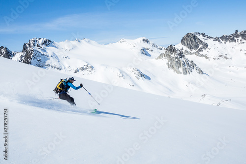 Photo Skier on sunny slope of the Talkeetna Mountains in spring time