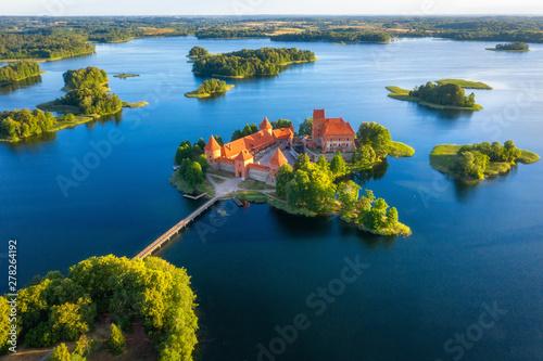 Foto  Trakai castle in Lithuania aerial view