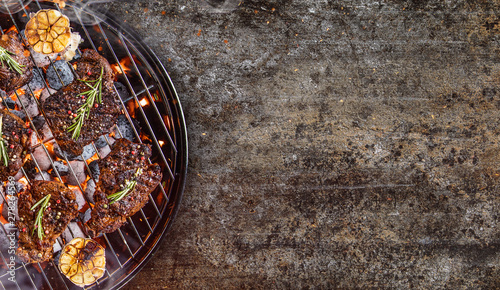 Foto Barbecue garden grill with beef steaks, close-up.