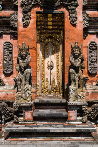Tuinposter Historisch mon. Beautiful carved temple entrance