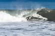 houle et vagues sur la plage de galets