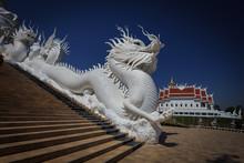Weißer Drache Vor Dem Wat Huay Pla Kung Tempel,  In Thailand