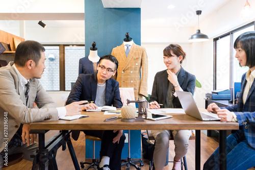オフィスでミーティングする男女(アパレル・ブランド・ファッション) Fototapeta