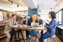オフィス・会議・男性・女性・4人