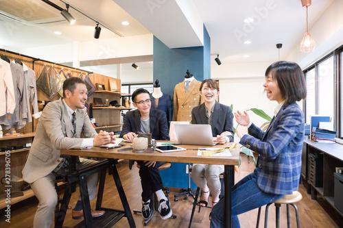 Fotografija オフィス・会議・男性・女性・4人