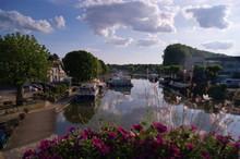 Atardecer En El Canal De Briare, Francia, Donde Navegan Barcos Atravesando La Ciudad Por El Agua, Turismo Y Naturaleza.