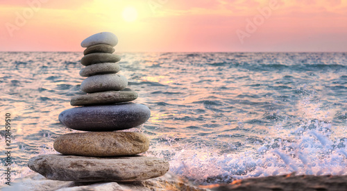 Photo sur Plexiglas Zen pierres a sable tower and blur background made of stones by the sea