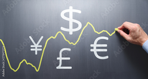 Fotografia Drawing graph of exchange rate on chalkboard