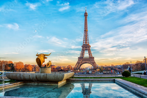 Poster de jardin Paris Eiffel Tower at sunset in Paris, France. Romantic travel background