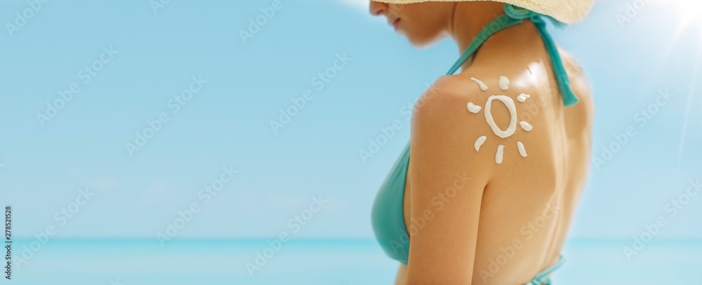 Fototapety, obrazy: Woman tanning at the beach with sunscreen cream