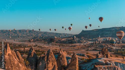 Photo sur Aluminium Beige Woman in front of Cappadocia balloons