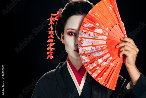 attractive geisha in black kimono with flowers in hair holding bright hand fan i Fototapet