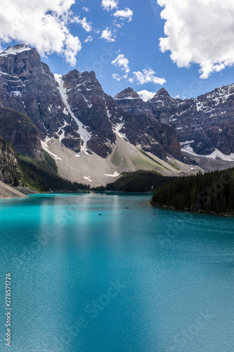 Keuken foto achterwand Canada Tourists canoeing in the beautiful turquoise waters of Lake Moraine, embraced by the Valley of the Ten Peaks in Banff National Park, Alberta, Canada