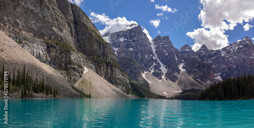 Poster Bleu Beautiful turquoise waters of Lake Moraine, embraced by the Valley of the Ten Peaks in Banff National Park, Alberta, Canada