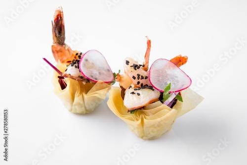 Fotografia Canape tartlet with shrimp and vegetables