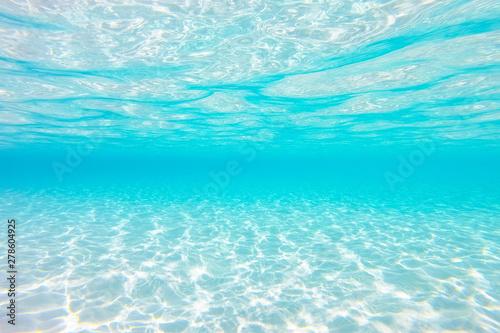 Fotografía  clear blue underwater