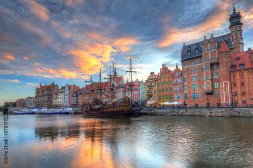 Papiers peints Navire Beautiful old town of Gdansk over Motlawa river at sunset, Poland.