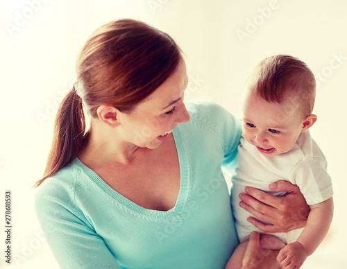 Photo  family, child and parenthood concept - happy smiling young mother with little ba