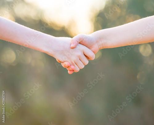 Photo Niños tomados de la mano