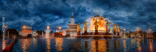 Obraz na plátně Famous Moscow Fountain Friendship of Nations  at late evening