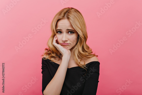 Fotografía Shy sad girl in black clothes propping face with hand