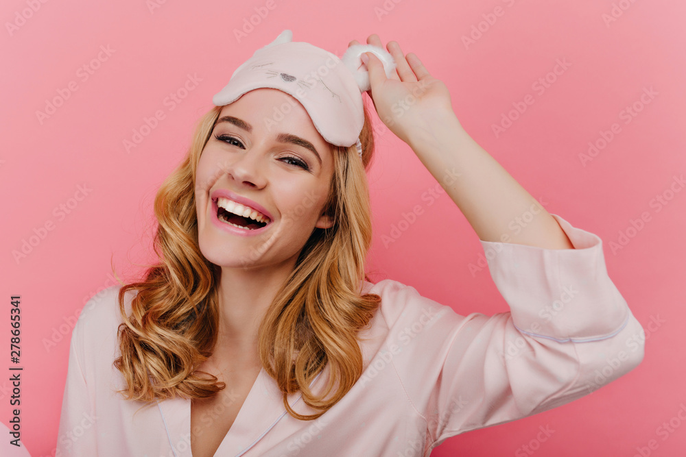 Fototapety, obrazy: Close-up shot of spectacular blonde girl laughing in good morning. Positive caucasian young lady in trendy sleepmask isolated on pink background.