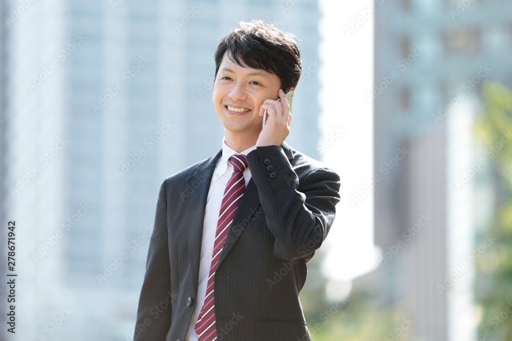Fototapeta スマートフォンで通話するビジネスマン