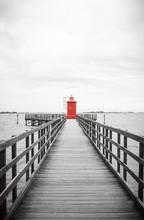 Roter Leuchtturm Mit Holzsteg