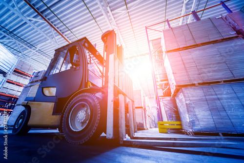 Pinturas sobre lienzo  Forklift loader in storage warehouse ship yard