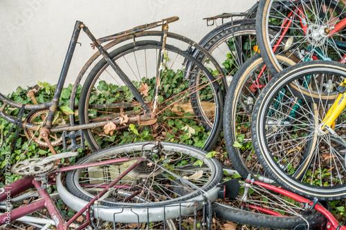 Obraz na plátně Fahrrad Schrott auf einem Haufen