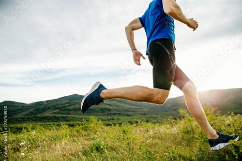 Foto athlete runner run on summer mountain plateau in sunset
