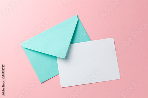 Cuadros en Lienzo Green envelope and blank letter on pink background