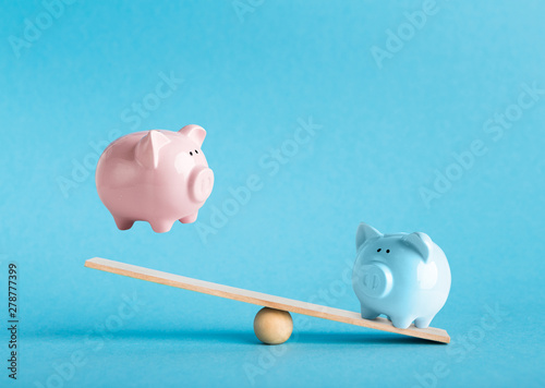 Fotomural  Comparison of two variants of investing money with piggy banks